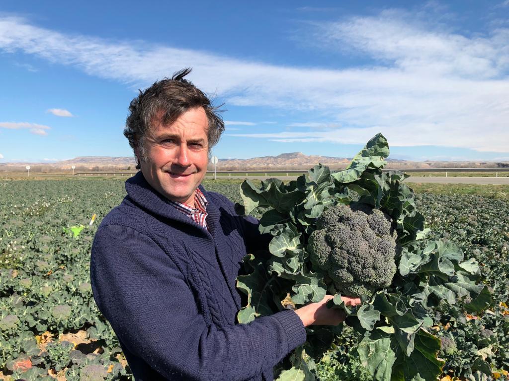 Carlos con brocoli gigante
